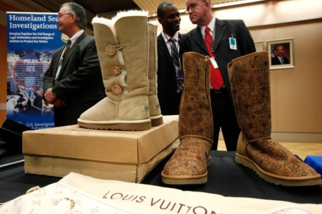 ed8ce303ebe ... αντιμέτωπος μόνο με την αγωγή που τους έχουν κάνει, αλλά και με την  αλλαγή του αρχικού εμπορικού σήματος των ΗΠΑ, ώστε να μπορεί να πουλά τις  μπότες του ...