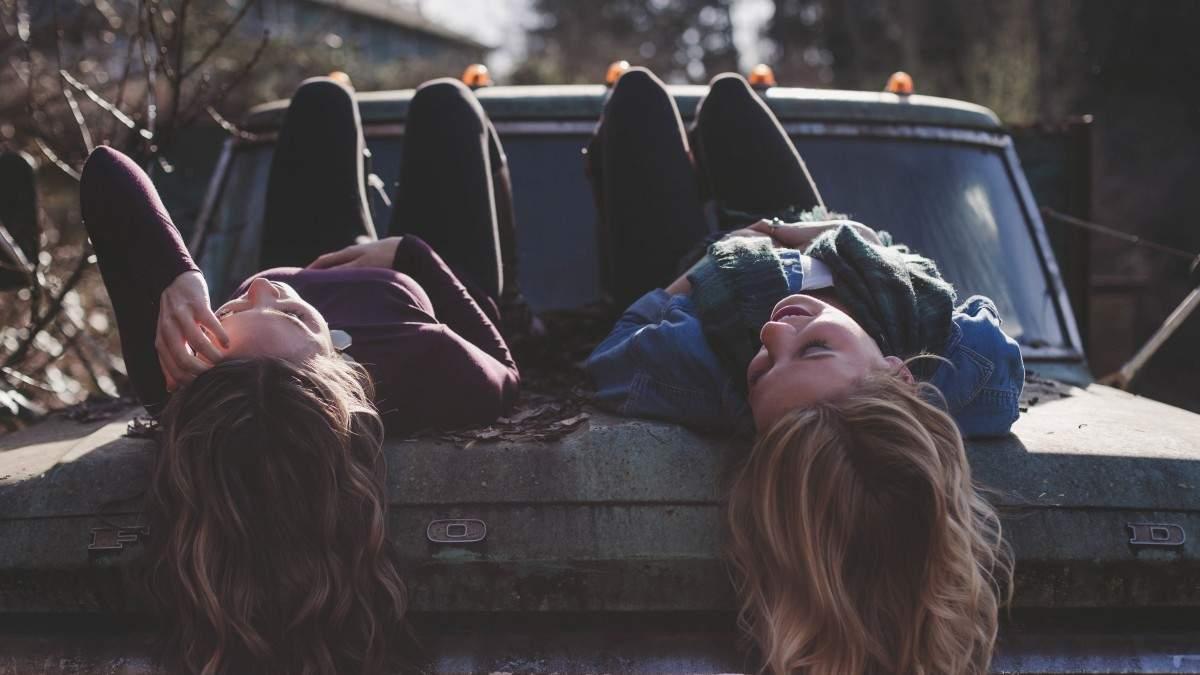 https://im1.7job.gr/sites/default/files/imagecache/1200x675/article/2020/48/329627-girls_lying_classic_car_young_female_person_happy_lifestyle-606165.jpg