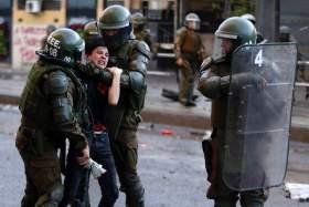 Όργιο αστυνομικής βίας στη Χιλή: Τυφλώνουν διαδηλωτές με σφαίρες, τους πατάνε με μηχανές