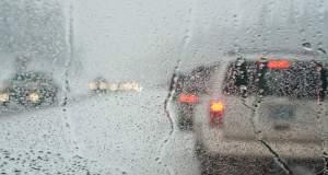 Αυτοκίνητα παρασύρθηκαν εξαιτίας της νεροποντής στα Φάρσαλα