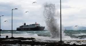 Η κακοκαιρία δένει τα πλοία στον Πειραιά
