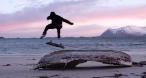 Κάνοντας skateboard στην παγωμένη άμμο [ΒΙΝΤΕΟ]