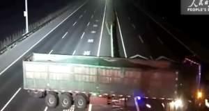 Κίνα: Οδηγός φορτηγού ξηλώνει τα κιγκλιδώματα για να κάνει αναστροφή! [ΒΙΝΤΕΟ]