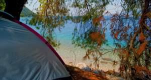 Ελεύθερο κάμπινγκ και γυμνισμός στις παραλίες του ελληνικού twitter