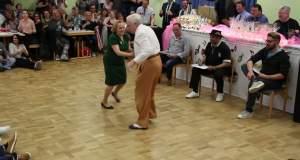 Ηλικιωμένο ζευγάρι τα «σπάει» χορεύοντας ροκ εν ρολ και μαγεύει το διαδίκτυο [ΒΙΝΤΕΟ]