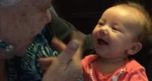 Μια κωφάλαλη γιαγιά μαθαίνει σε ένα κωφάλαλο μωρό νοηματική! [ΒΙΝΤΕΟ]