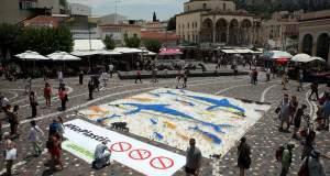 Η Greenpeace με ένα τεράστιο ψηφιδωτό από 10.000 πλαστικά ποτήρια και μήνυμα «οι θάλασσές μας δεν είναι μίας χρήσης»