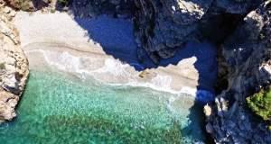 Κρυφές παραλίες της Αττικής με κρυστάλλινα νερά [ΒΙΝΤΕΟ]
