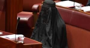 Αυστραλία: Η επικεφαλής της ακροδεξιάς εμφανίστηκε με μπούρκα στη Βουλή [ΦΩΤΟ + ΒΙΝΤΕΟ]