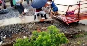 Γυναίκα περνάει από γέφυρα που καταρρέει αμέσως μετά [ΒΙΝΤΕΟ]
