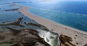 Το επίπεδο, παραδεισένιο ελληνικό νησί που είναι όλο παραλία [ΒΙΝΤΕΟ]