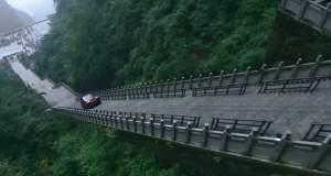 Dragon Challenge: Ανέβηκε με αυτοκίνητο 999 σκαλιά [ΒΙΝΤΕΟ]
