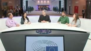 Ο Στέλιος Κούλογλου συνομιλεί με τέσσερις «Μικρούς Ήρωες»