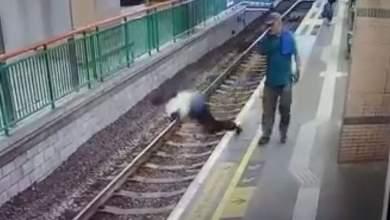 Ηλικιωμένος σπρώχνει καθαρίστρια στις γραμμές του μετρό [Βίντεο]