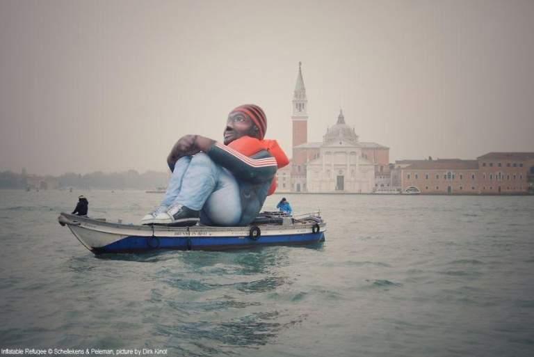 Ένας φουσκωτός πρόσφυγας περιοδεύει στην Ευρώπη...