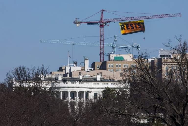 Η Greenpeace ύψωσε πανό κατά του Τραμπ πίσω από τον Λευκό Οίκο [ΒΙΝΤΕΟ]