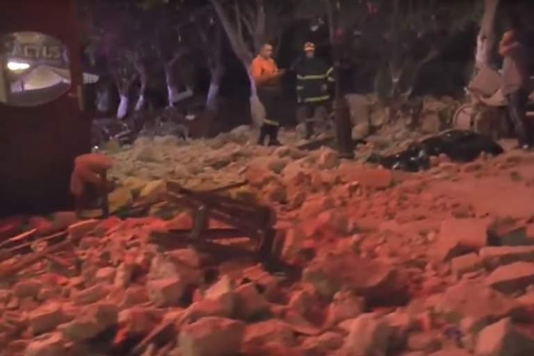 Η στιγμή που η Πυροσβεστική ανασύρει τα θύματα στο μπαρ της Κω [Βίντεο]