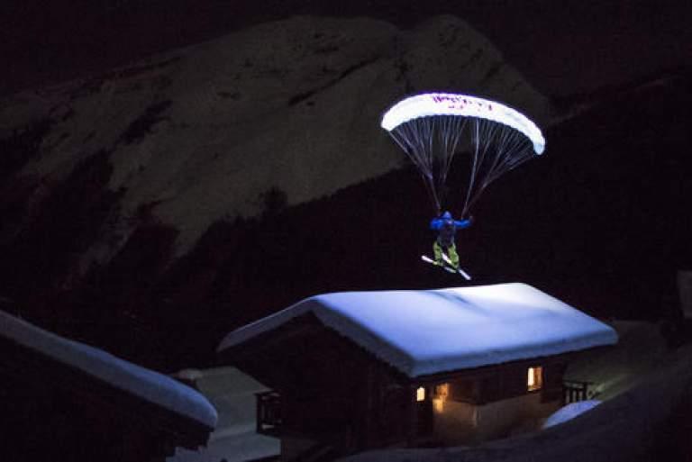 Νυχτερινή κατάβαση στα χιόνια με φωτεινό αλεξίπτωτο [ΒΙΝΤΕΟ]
